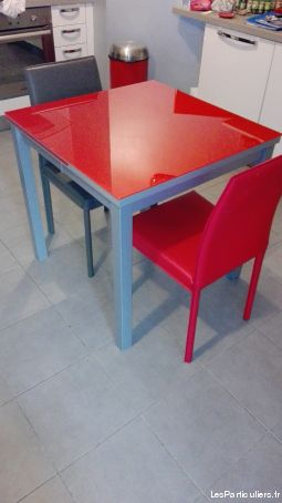 Table rouge en verre